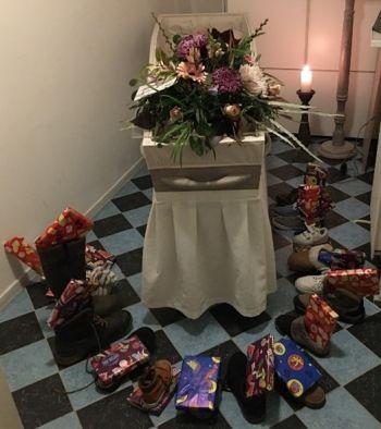 Schoen zetten bij de kist van opa Piet